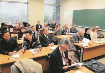 増田壽男・元経済学部教授の講座に熱心に聞き入る参加者